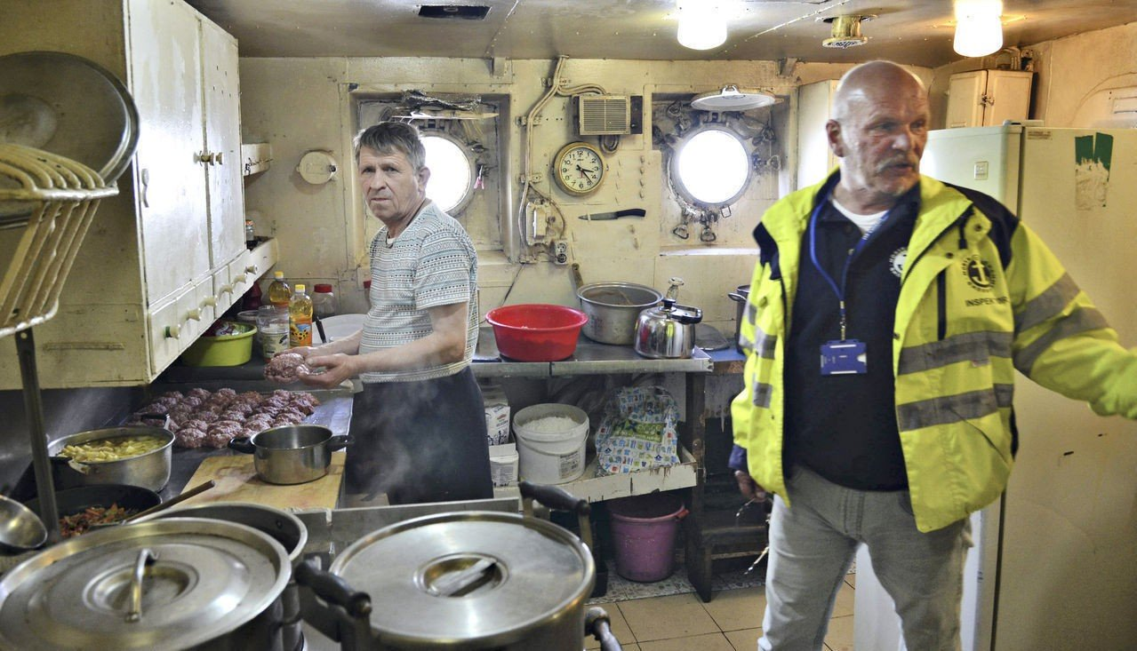Sjømannsforbundets inspektør Rune Larsen, mener forholdene i skipet er forferdelige. Her tatt i båtens bysse.