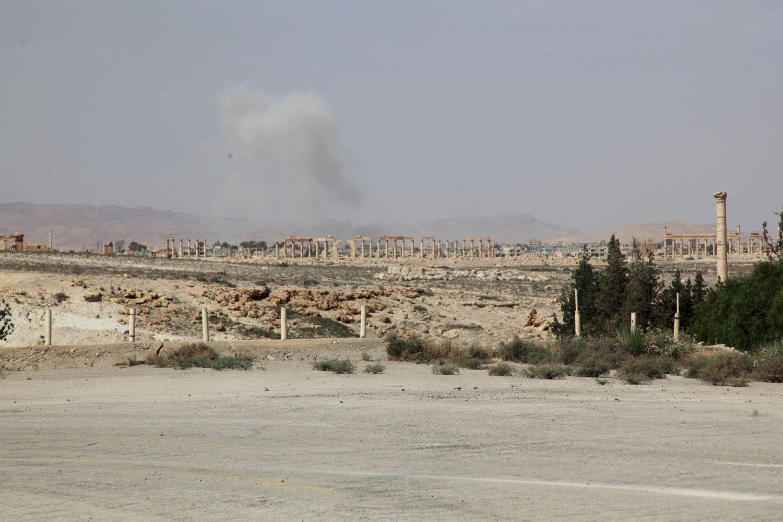 Røyk stiger opp fra oldtidsbyen Palmyra i Syria etter at IS-opprørere inntok byen onsdag. Søndag melder statlig syrisk TV at 400 sivile er drept av IS i byen.