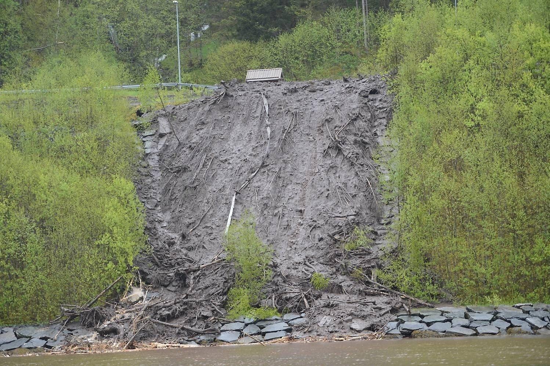 Bergensbanen åpnes igjen for trafikk mandag. Her fra da raset gikk i Vaksdal 21. mai.