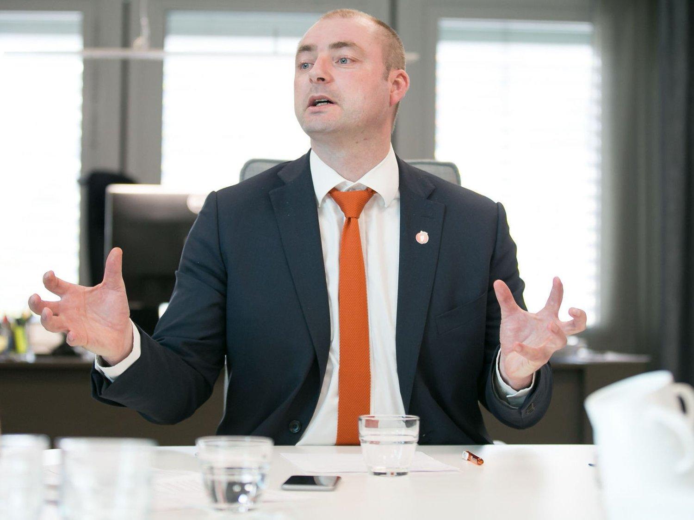 LEMPER PÅ TAUSHETEN: Arbeids- og sosialminister Robert Eriksson åpner for at politiet enklere skal kunne hente ut informasjon om oppholdssted til kriminelle fra NAV.