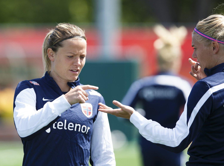 KLAR: Trine Rønning /til venstre) og Solveig Gulbrandsen på lørdagens landslagstreningt i Canada. Førstnevnte er nå klar til VM-innsats igjen.