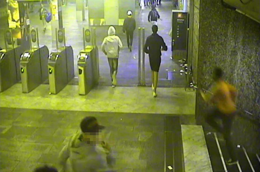 RANET: Elleve ungdommer i alderen 15-16 år var tiltalt for å ha medvirket til at en gutt ble ranet og utsatt for vold ved Jernbanetorget t-banestasjon i august i fjor. Tre av dem ble dømt i saken. Dette bildet viser at guttegjengen går og løper etter fornærmede i saken. Foto: Politiet