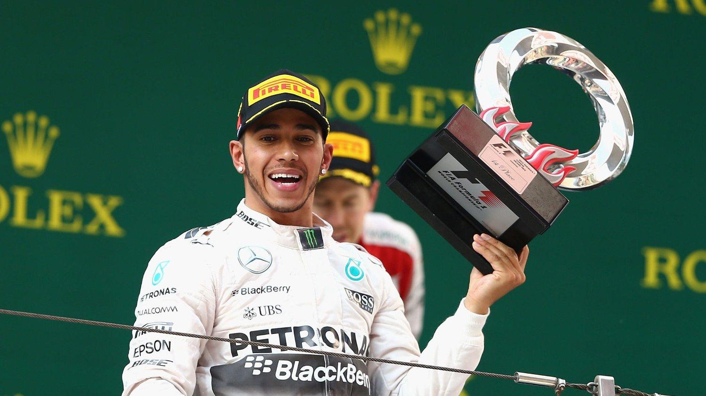 SJOKKERENDE STANDARD: Lewis Hamilton er sjokkert over den dårlige standarden på troféene i formel 1.