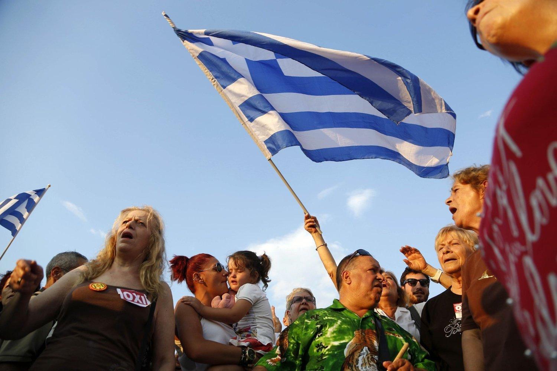PROTEST: Flere tusen mennesker protesterte mandag, som følge av kreditorenes krav og Hellas' økonomiske vanskeligheter.
