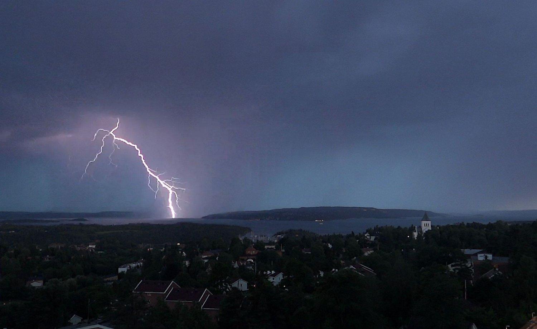 Lyn over Bunnefjorden sør for Oslo. Lignende vær er ventet på Vestlandet natt til fredag. Arkivfoto.