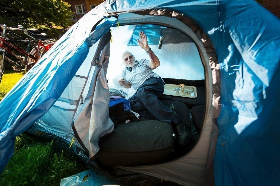 Når han har kommet seg inn, har ikke Per Sønsteby noe problem med å få sovet i teltet han har slått opp i hagen til Lørenskog sykehjem. (Foto: Lisbeth Andresen)