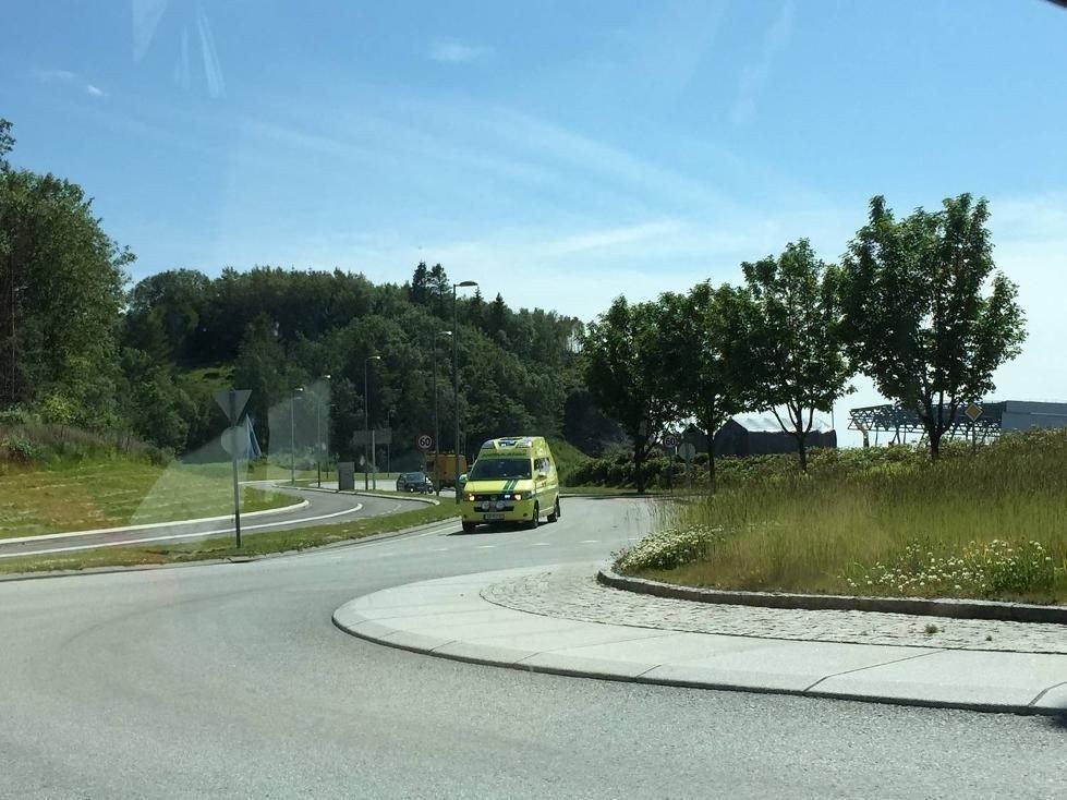 Den skadde mannen ble fraktet til Haukeland Universitetssykehus i ambulanse.