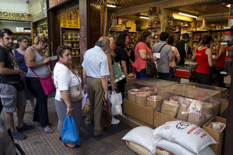 I butikkene i Aten ble sukker, mel og pasta revet fra hyllene dagen før grekerne går til urnene.