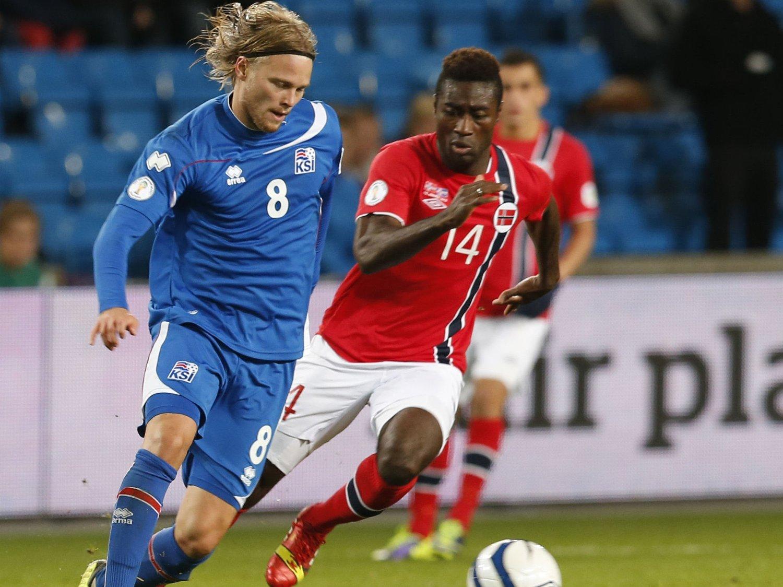 BEST I NORD: Island og den tidligere tippeligaspilleren Birkir Bjarnason er høyest rangert i Norden. Premier League-spiller Alexander Tettey og Norge er minst et hestehode bak. Her fra VM-kvalifiseringskampen mellom nasjonene på Ullevaal høsten 2013.