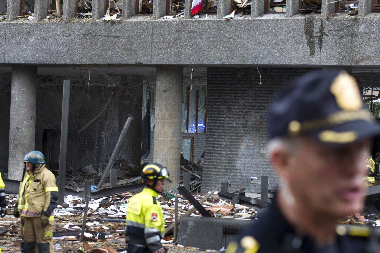 Høyblokka og store deler av området rundt ble ødelagt ved hjelp av Breiviks bombebil.