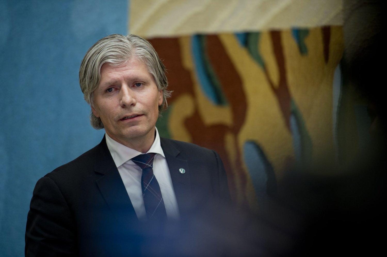 Venstres nestleder Ola Elvestuen mener Norge må gå i bresjen for å fase ut bensin og diesel fra bilparken. Norge er allerede det landet i verden med høyest antall elbiler per innbygger.