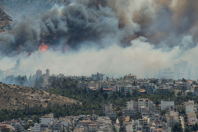 Et boligområde i det nordøstlie Aten trues av storbrann. Over 120 brannmenn er satt inn i slukningsarbeidet.