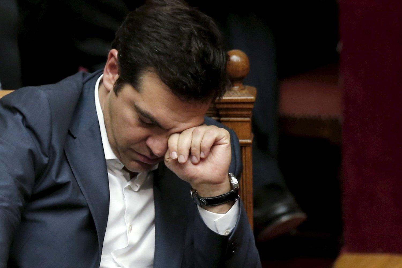 Statsminister Alexis Tsipras kommer til å bli sittende som statsminister, til tross for kuttene som han har blitt tvunget til å godta, tror statsviter Filippa Chatzistavrou.