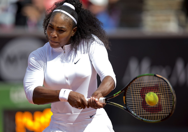 Serena Williams i aksjon under Swedish Open i Båstad tidligere i uka. Tennisens suverene ener måtte trekke seg i kvartfinalen.