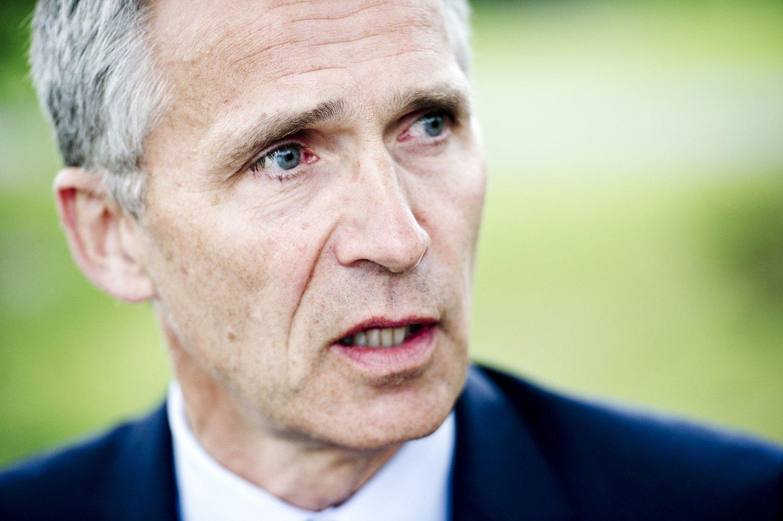 DELTAR PÅ MARKERING: NATOs generalsekretær Jens Stoltenberg under et intevju utenfor sin bolig i Oslo tirsdag ettermiddag, dagen før fireårsmarkeringen for 22. juli-terroren.