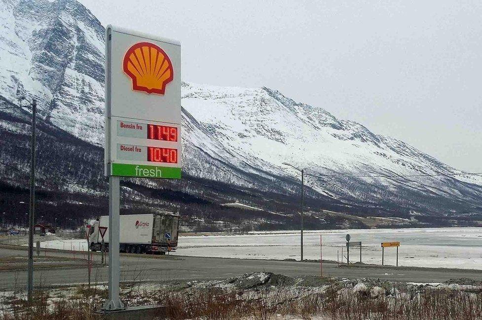 Dårlige industritall fra både USA og Kina antas å ha bidratt til ytterligere nedgang i oljeprisen. Illustrasjonsbilde: Shell Nordkjosbotn i Balsfjord.