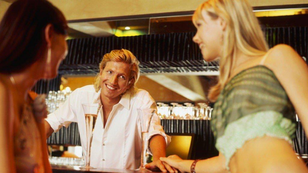 Appen Ghostbar er koblet direkte til skjenkesystemet for fatøl, så du kan bestille, betale og få øl i glasset uten å involvere bartendere, kontanter og ølkø. Illustrasjonsfoto.