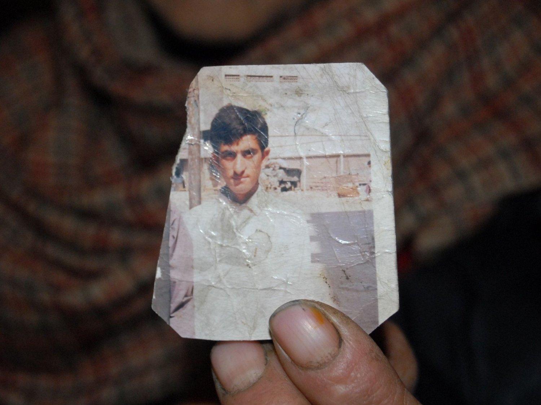 Makhan Zadi, som er moren til den drepte Shafqat Hussain, holder opp et fotografi av sønnen som ble henrettet tidlig tirsdag.
