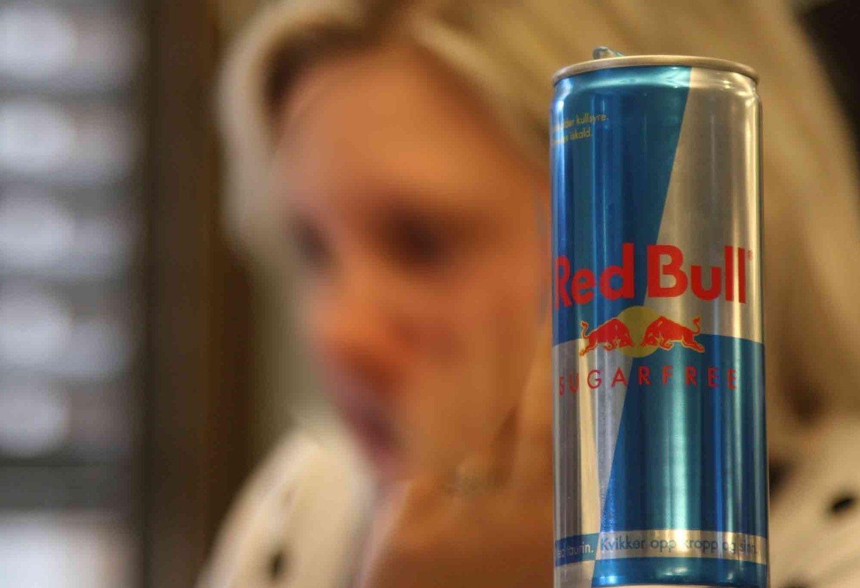 RED BULL: Kvinnen ble blind etter å ha drukket for mye Red Bull. Kvinnen hadde drukket den sukkerholdige versjonen, og ikke den sukkerfrie, som på bildet. Kvinnen på bildet har heller ikke noe med saken å gjøre. Illustrasjonsfoto.