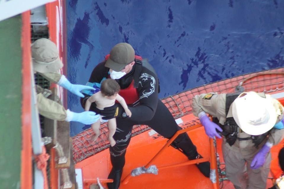 OVERFYLT: 154 barn ble mandadg reddet av det norske skipet Siem Pilot fra en overfylt fiskebåt.