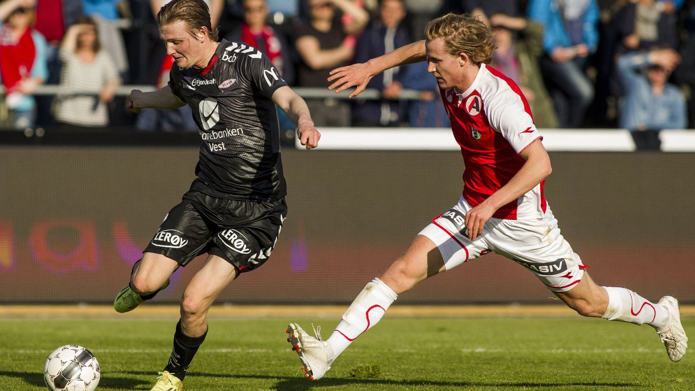 BLIR LAGKAMERATER: Erik Huseklepp (t.v) her i duelle med Viljar Vevatne for Bryne. Nå blir de to lagkamerater. FOTO: NTB scanpix