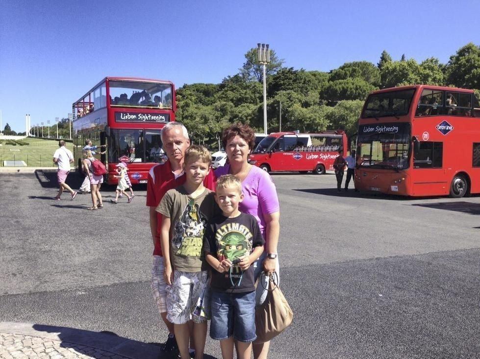Lisboa: Helge Hanstensen og Karin Hassel Hanstensen med sønnene Casper Hassel Hanstensen (10) og Nicholas Hassel Hanstensen (6) kom seg ikke hjem fra ferien i Florida og har de siste dagene ventet i Lisboa.