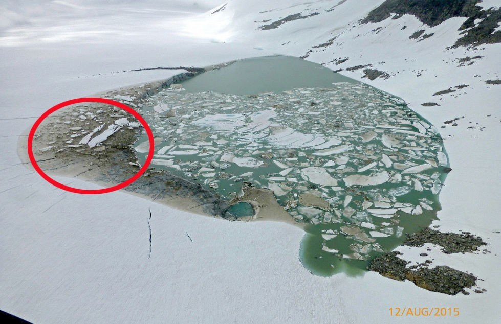 Bilde av smeltevann på Harbardsbreen i Sogn. Bildet er tatt 12. august.