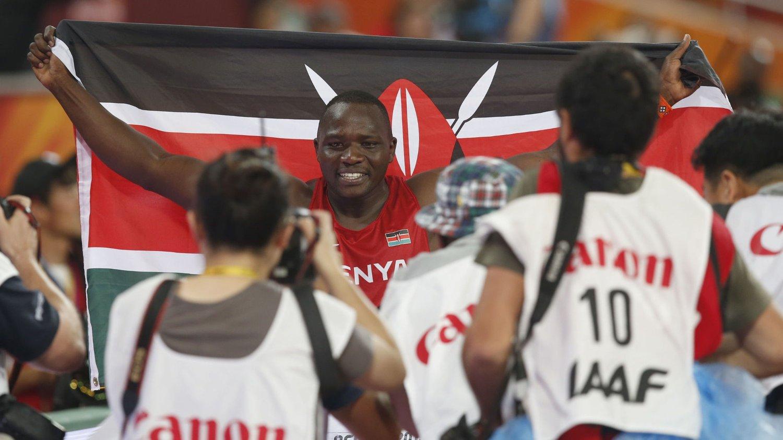 Julius Yego jubler etter å ha vunnet spydfinalen i friidretts-VM onsdag.