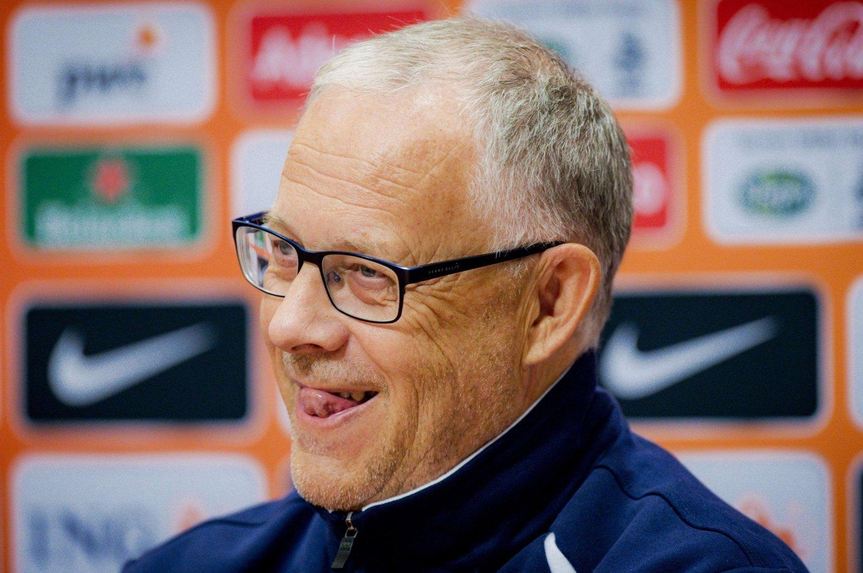 ISLANDS MEST POPULÆRE?: Islands svenske landslagssjef Lars Lagerbäck var i godt humør før torsdagens borteoppgjør mot Nederland. Smilet ble nok ikke mindre lurt etter kampen.
