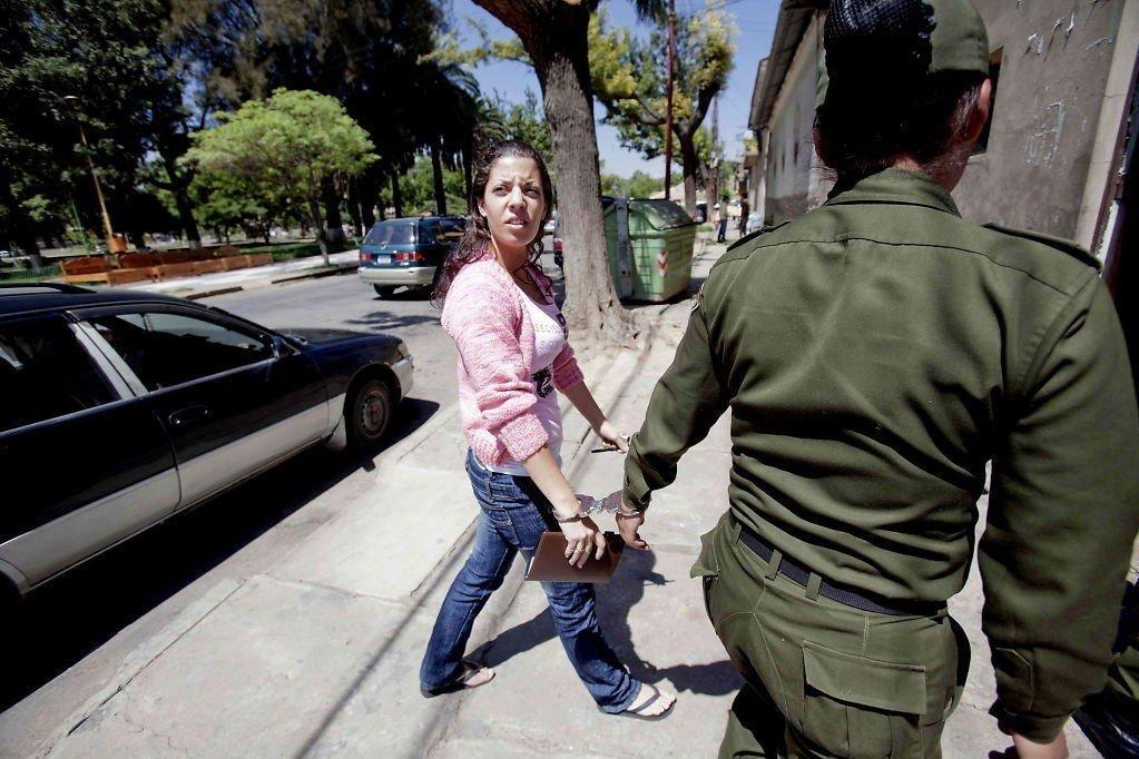COCHABAMBA: Madeleine Rodriguez ble fraktet av politiet med håndjern tidligere i sommer. Her på vei inn til kvinnefengslet San Sebastian i Cochabamba fredag.