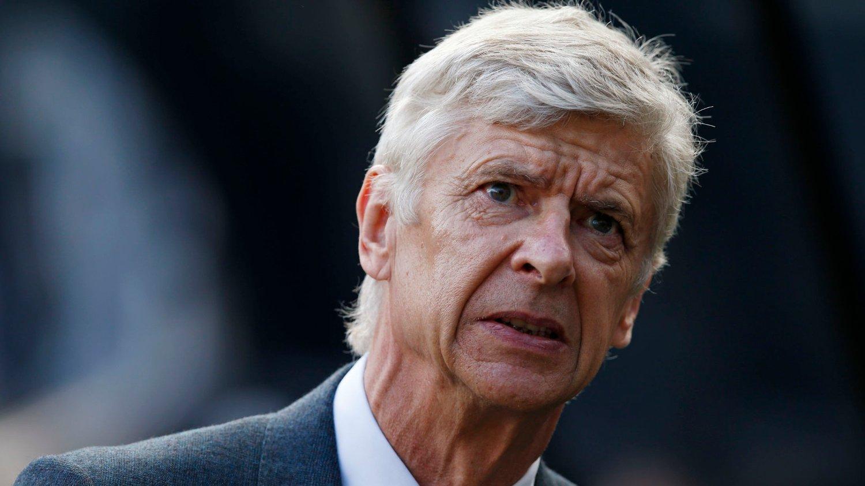 Arsene Wenger mener det er på tide at Arsenals supportere fokuserer på å støtte laget i stedet for å tenke på overgangsvinduet.