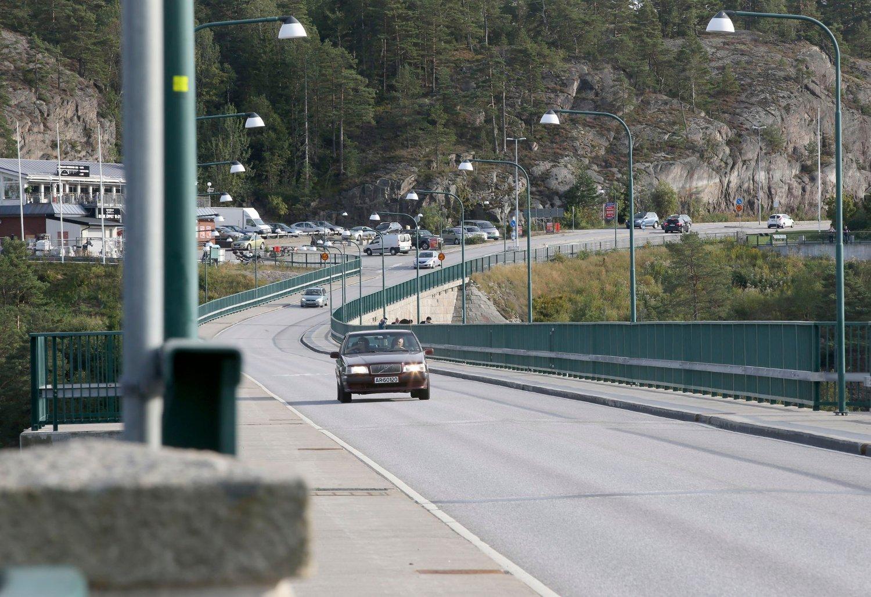 OVER SVINESUND: Ni asylsøkere tok seg til fots over Svinesundsbrua torsdag. Natt til fredag kom det 35 personer i to grupper. De kom i personbiler og med buss.