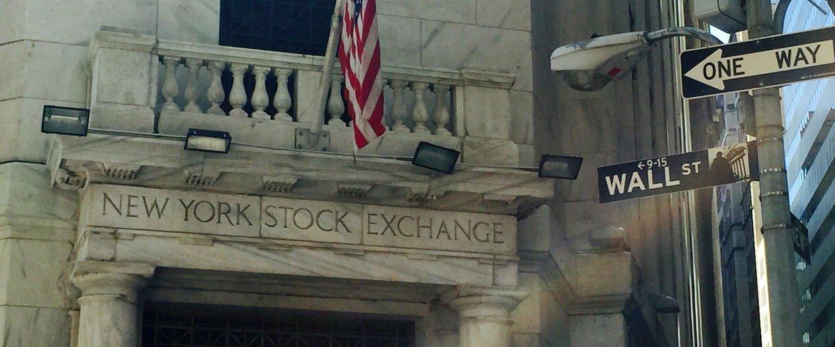 Mens spenningen stiger før neste ukes viktige rentemøte i den amerikanske sentralbanken, peker pilene nedover på USA-børsene fredag.