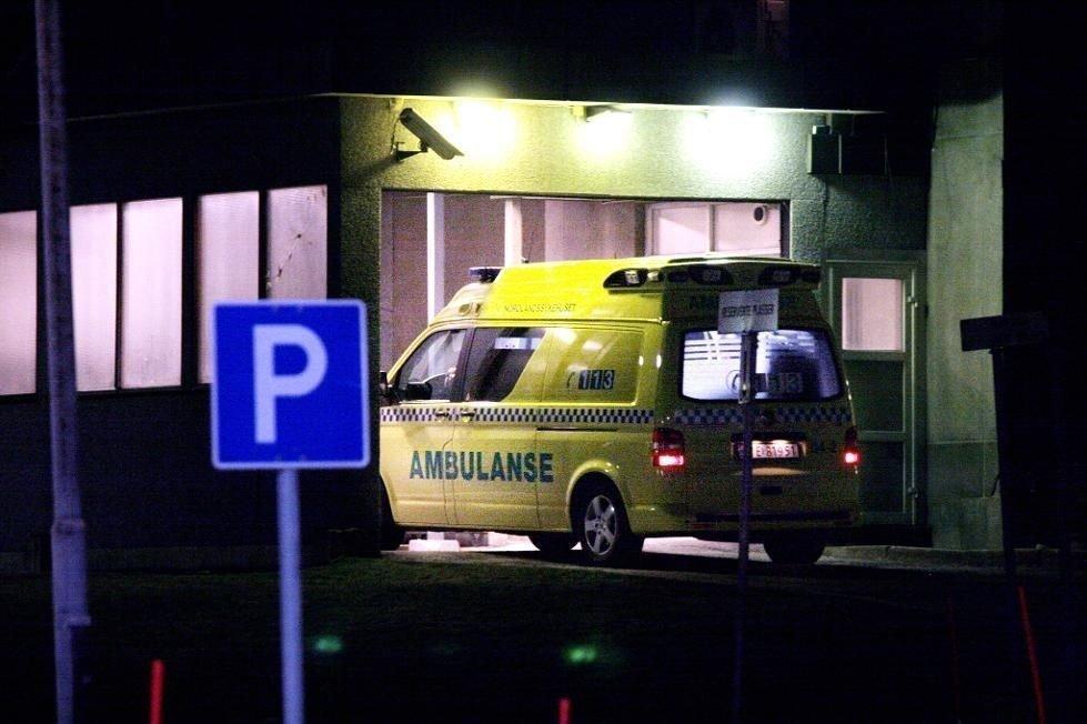Bilen med fire personer kjørte inn i en hage og havnet på taket i Melbu i Hadsel kommune i Nordland. To personer satt fastklemt etter ulykken, som politiet fikk melding om klokken 3.36 natt til søndag.