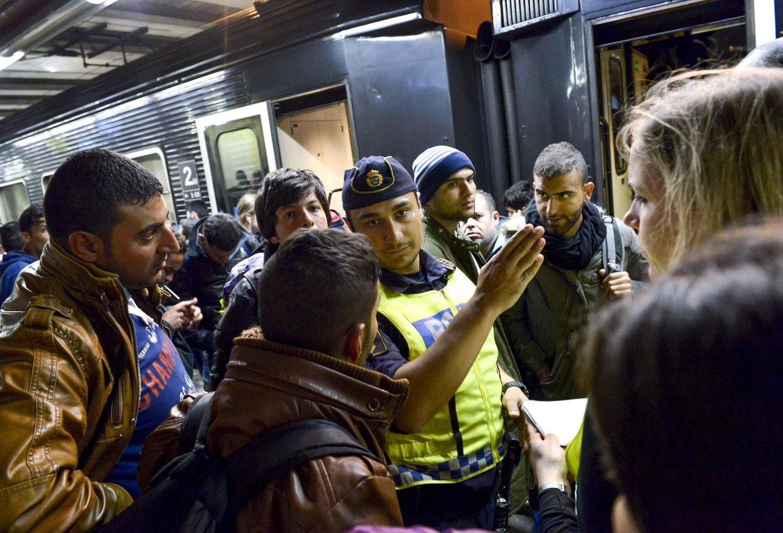 Flertallet av flyktningene som har kommet til Sverige de siste dagene, som her i Malmö, vil videre til Norge og Finland, opplyser det svenske Migrationsverket.