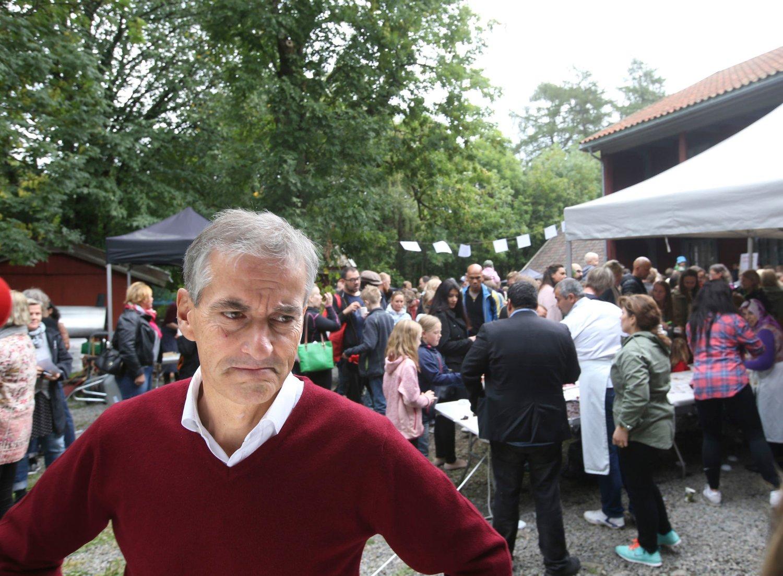 Jonas Gahr Støre besøkte søndag Geitmyra matkultursenter som arrangerte syrisk familiemiddag og innsamling. Støre er bekymret for at Danmark og Sverige lar flyktninger reise uregistrert videre til andre land.