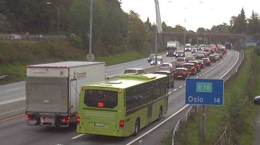 Foreløpig ser det ikke ut som køen har minket spesielt mye på grunn av eksperimentet. Bildet er tatt øst for Sandvika.