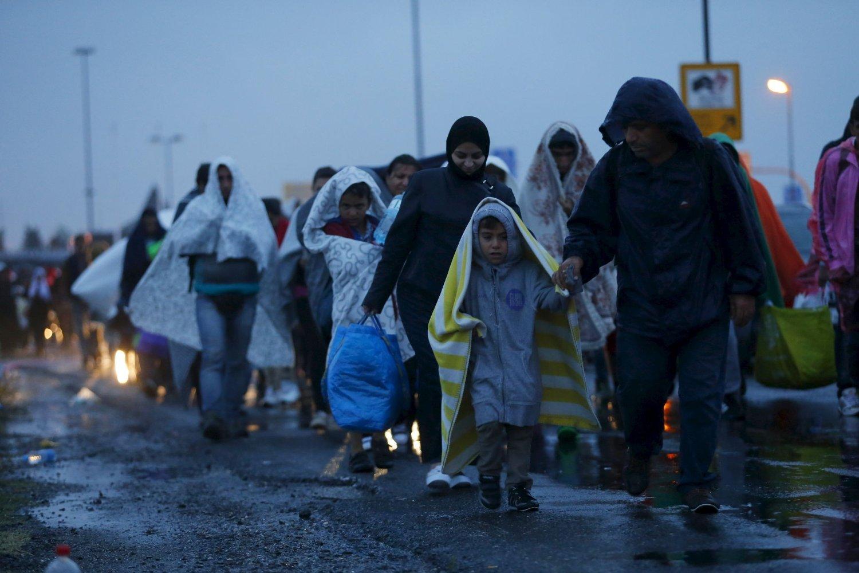 Flyktninger og migranter passerer grensen mellom Østerrike og Ungarn. Nå er EU blitt enige om fordelingen av flyktninger.