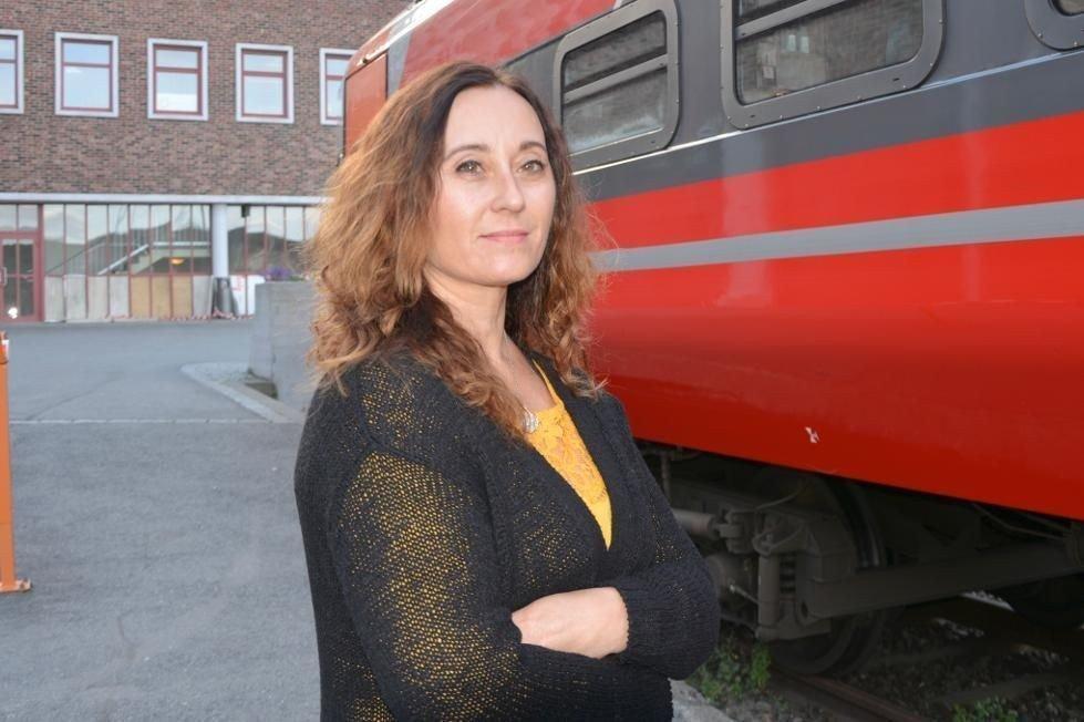 - Det er merkelig at NSB ikke kan sende brillene mine med toget, sier Wenke Andersen.