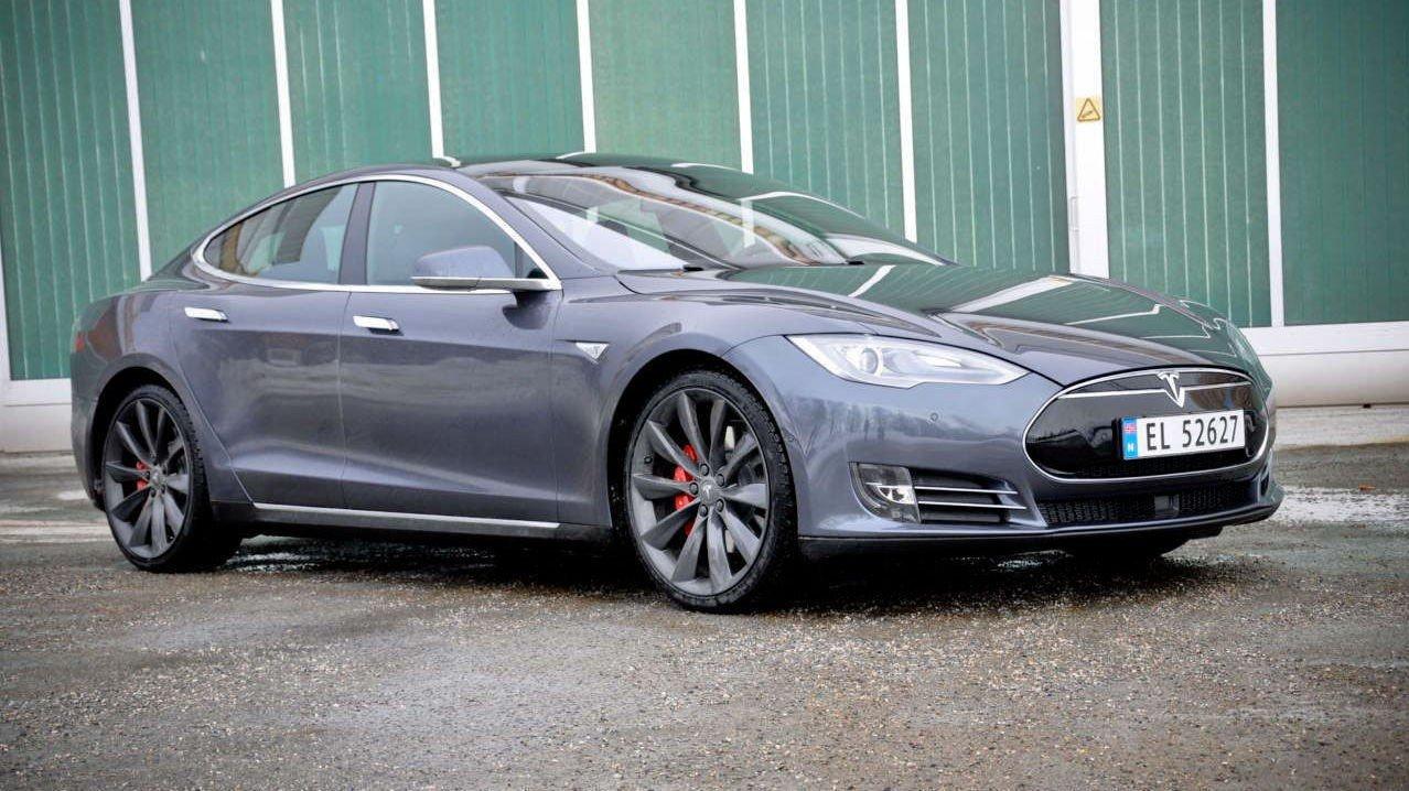 SER LIK UT: Designet på Model S med eller uten Dual Drive er identisk. Denne bilen har firehjulsdrift.