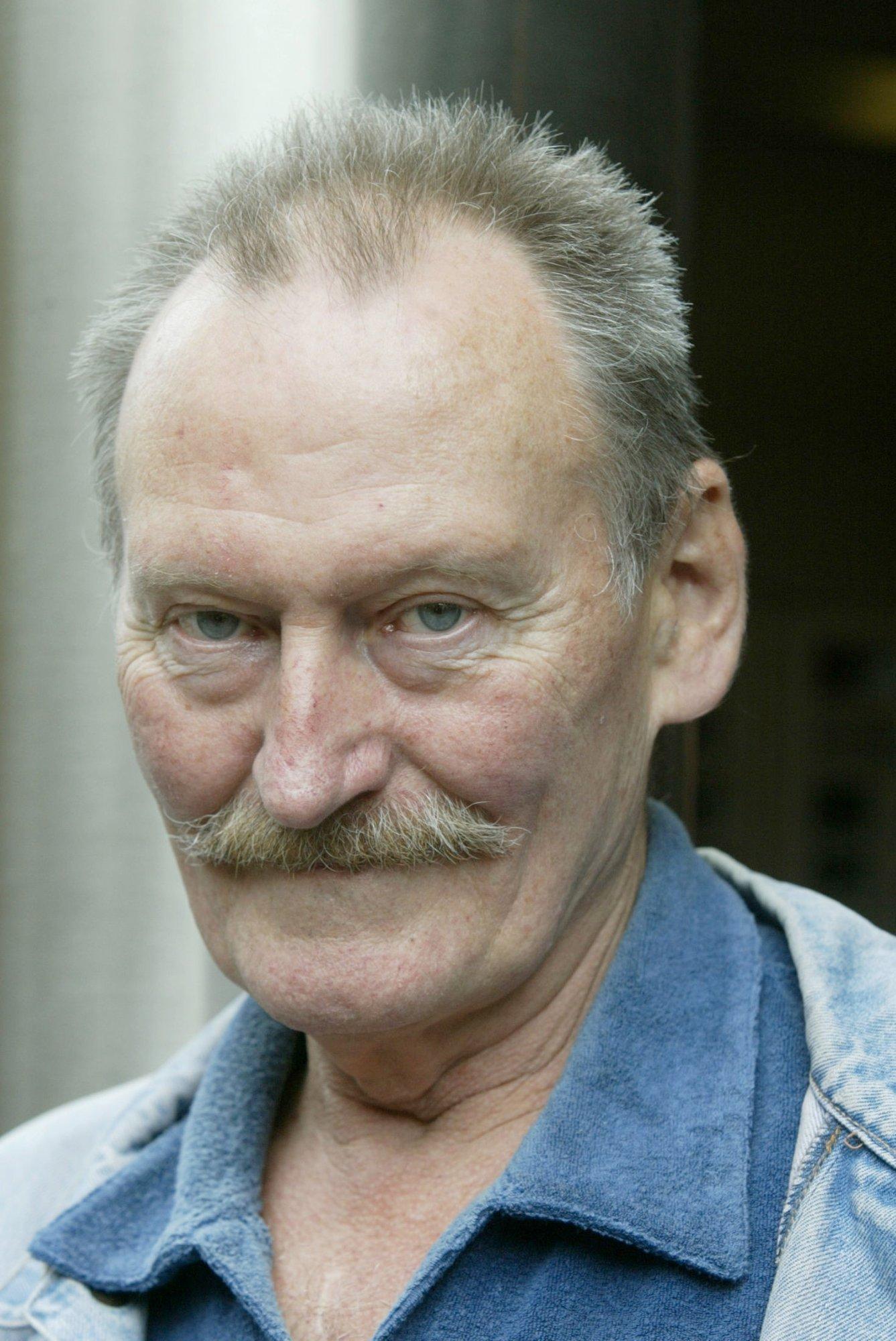 FORFATTER: Arne Bust Mykle er død, 78 år gammel. Her fotografert i 2003 i forbindelse med utgivelsen av debutboken «Opera Pompel og Pilt, feltnotater fra Gople, et landskap i Norge».