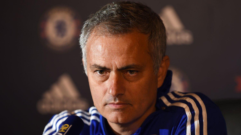 UNDER PRESS: Chelsea-trener José Mourinho møtte pressen før den viktige ligakampen mot Aston Villa til helgen.