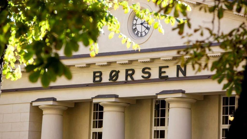 Oslo Børs falt moderat på ukens siste dag. Mer fart var det i børskometen Next Biometrics.