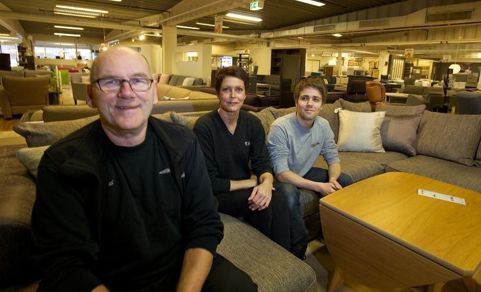 Daglig leder Helge Steinsvik sammen med Hilde Hansen og Kim Are Thybo Hansen. Møbebutikken som ble dømt nord og ned fikk et nytt liv da de ansatte overtok.