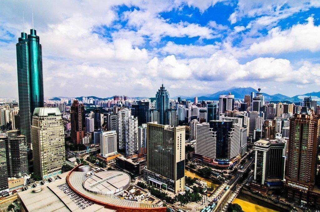 Oversikstfoto av forretningsstrøket i Shenzhen, Kina. Få minutter før stengetid er Shenzhens Composite-indeks opp hele 1,97%