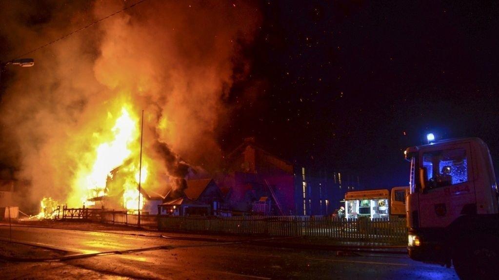 Kjøkken- og administrasjonsbygningen ved asylmottaket på Tuv brant natt til onsdag. 162 personer er evakuerte, og ingen er skadd.