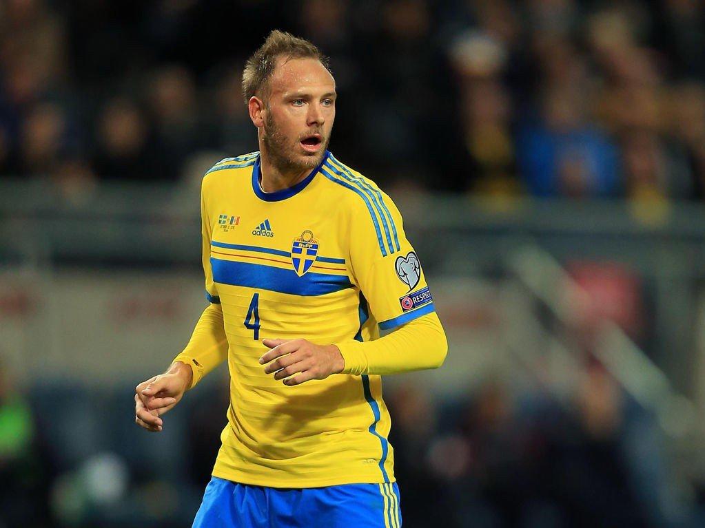 VIL HA BEDRING: Underlaget på kamparenaen imponerer ikke Andreas Granqvist og de svenske landslagsspillerne før den første viktige playoffkampen mot Danmark.