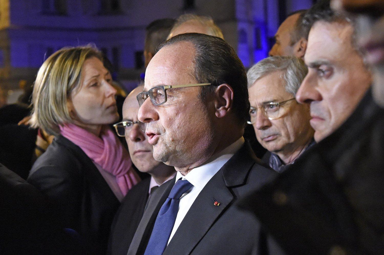 Frankrikes president François Hollande (i midten) snakker med pressen nær konserthallen der over hundre mennesker ble drept i et terrorangrep fredag 13. november.