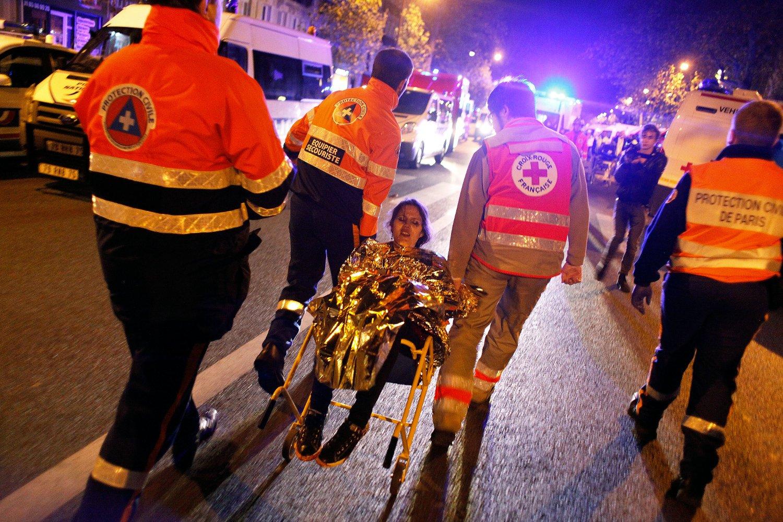 En person blir evakuert etter terrorangrepet på konserthallen Bataclan fredag kveld.