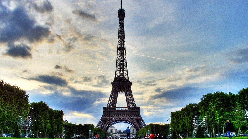 Eifeltårnet, som vanligvis har 20.000 besøkende hver dag, blir stengt på ubestemt tid.